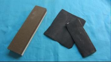 Piedra de asentar y lija, para la mantención del filo de la navaja, primero se utiliza la piedra de asentar, la cual se sumerge en agua por 5 minutos antes de usar y se enjuaga junto a la navaja constantemente. La navaja se desliza con un movimiento suave en la dirección opuesta a la que apunta el filo de la hoja, con un ángulo de elevación de 12°-15°. Luego de este procedimiento, se consigue un mejor acabado del afilado, con una lija fina al agua N° 230, siguiendo la misma indicación anterior.
